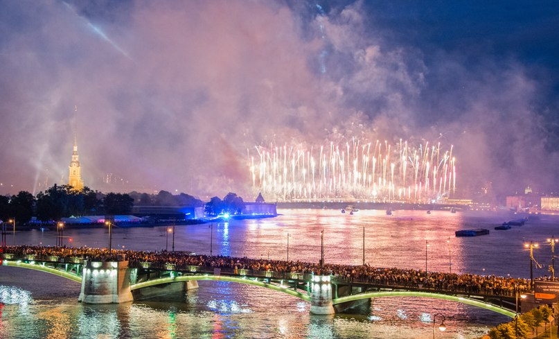Салют над Невой в Санкт-Петербурге