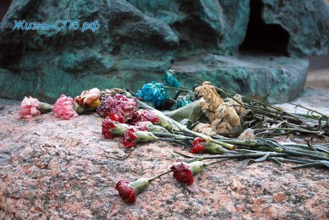Цветы у памятника Сахарову