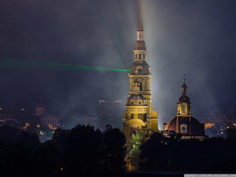 Начинается салют над Петропавловской крепостью
