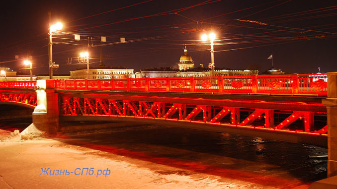 Дворцовый мост окрасился в красный цвет