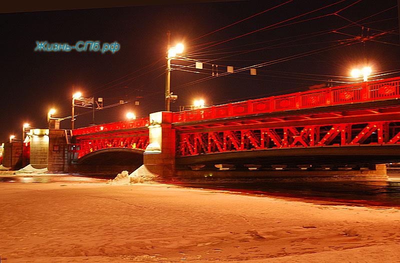 Красная подсветка Дворцового моста Петербурга