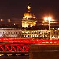 Красный цвет Дворцового моста