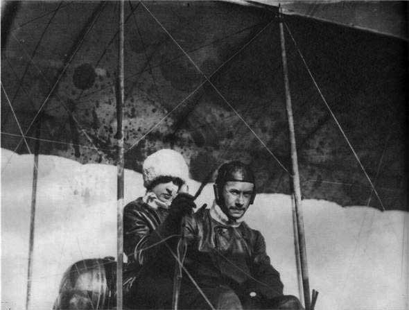 Лидия Зверева с мужем Слюсаренко в Гатчине на учебном аэроплане Фарман