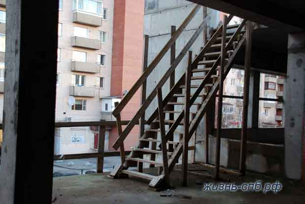 Хлипкая лестница, оставленная рабочими
