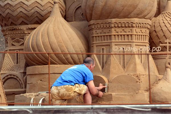 Подготовка к фестивалю песчаных скульптур в Петербурге 2017