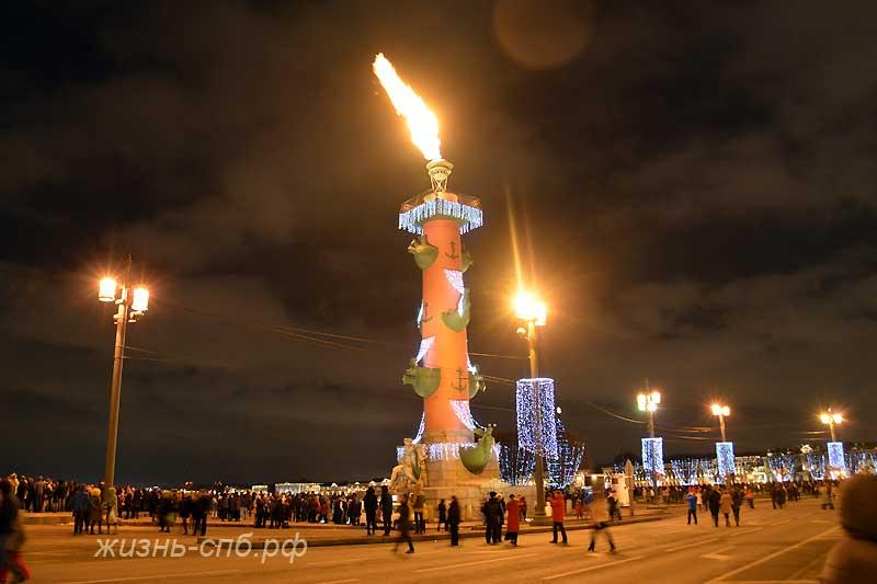 Зажженная ростральная Колонна в Петербурге