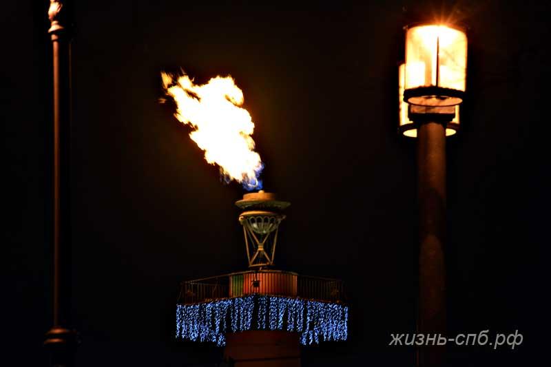 Огонь на Ростральной колонне