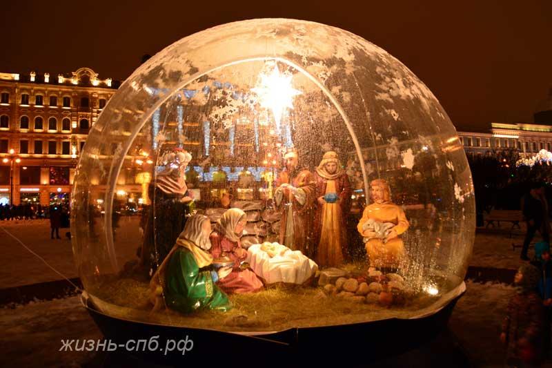 Рождественский вертеп - инсталляция перед Казанским собором
