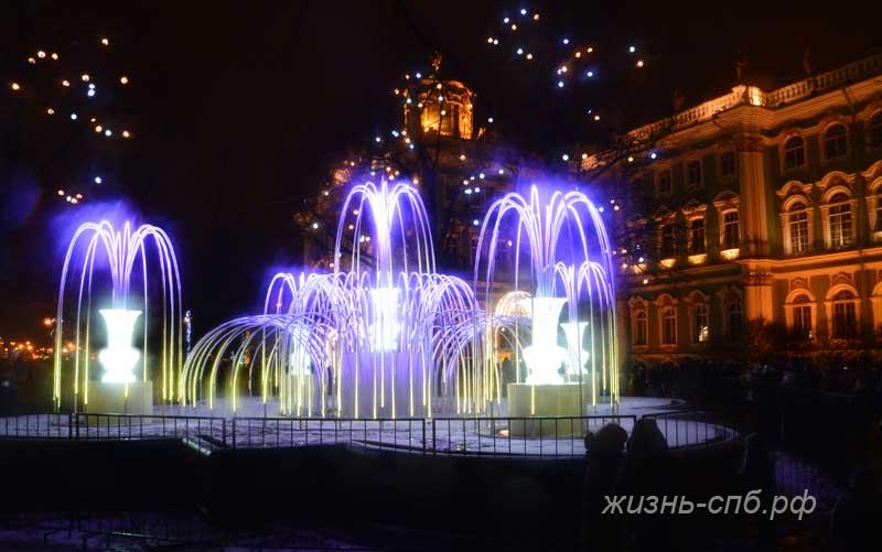 Инсталляция перед зимним дворцом в Новый год