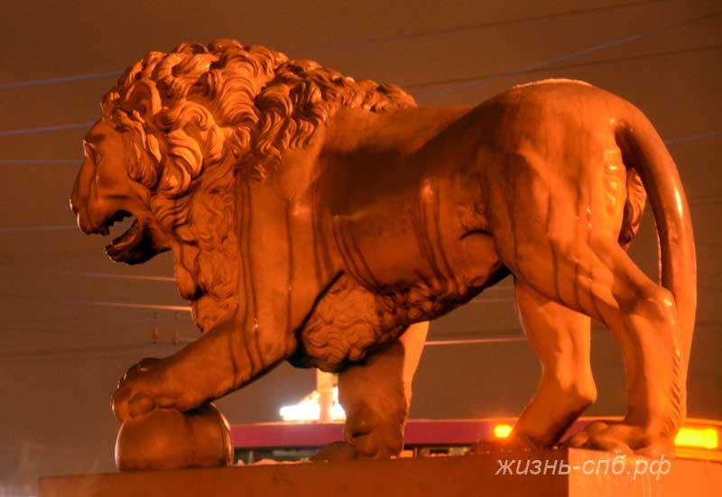 Львы у Дворцового моста