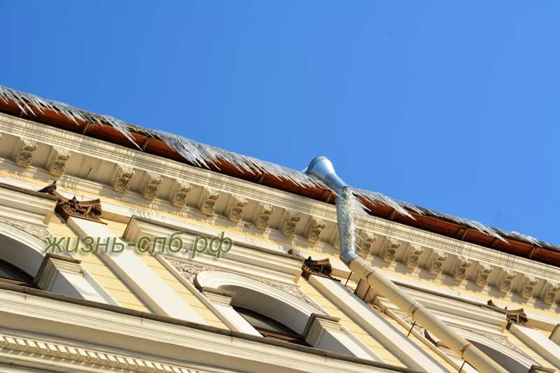 Сосульки на крыше Санкт-Петербурга
