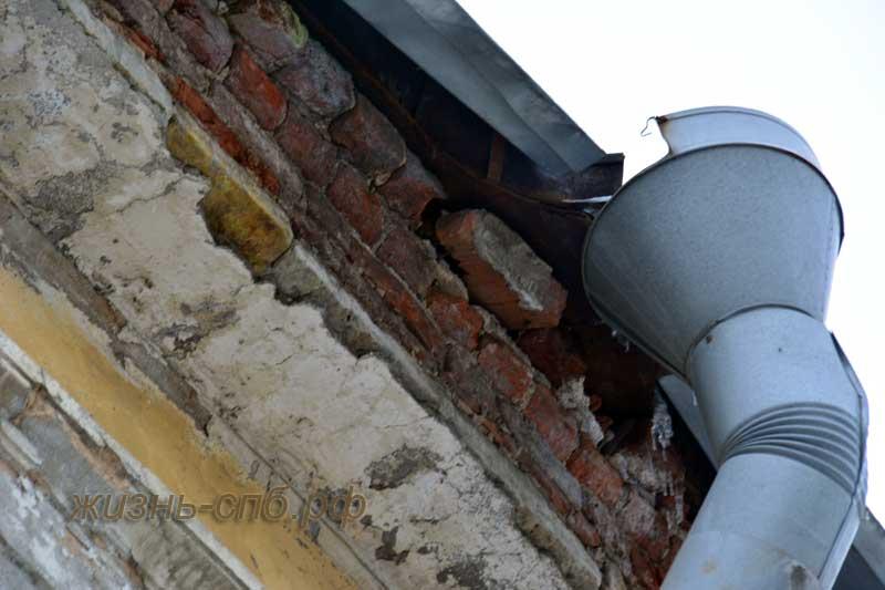 Почтамтская улица Петербурга, дом 16-18. Отваливаются кирпичи от крыши здания