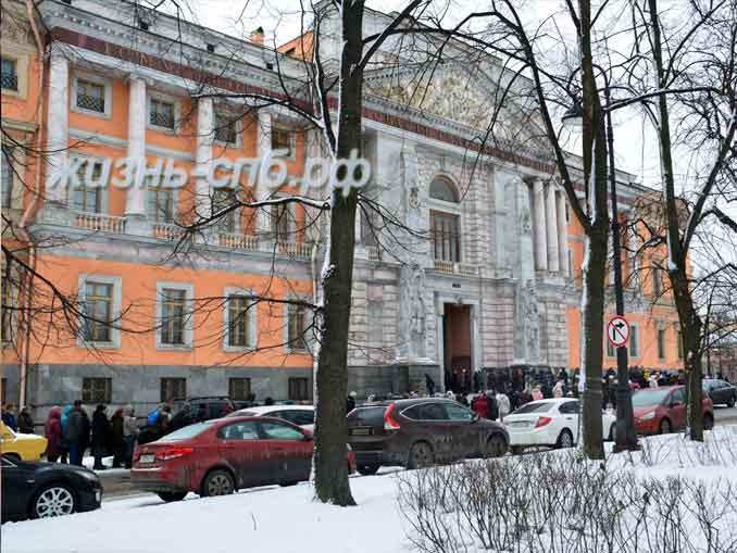 Михайловский замок - подъезм к музею
