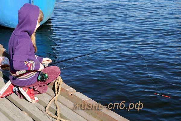 Ловля корюшки в Петербурге - ребенок ловит рыбу