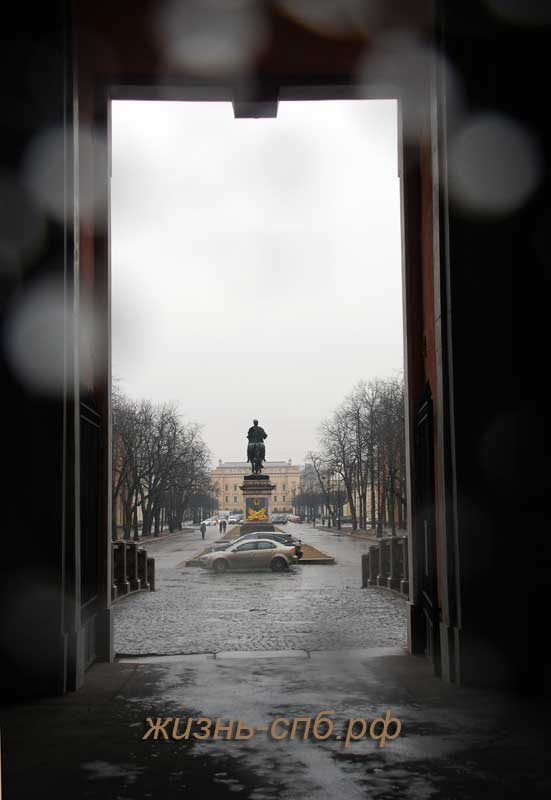 Вид на памятник Петру 1 со входа в Михайловский замок