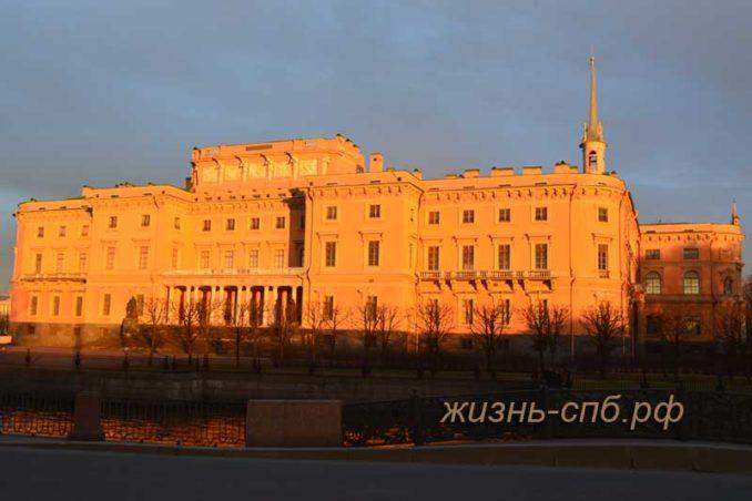 Михайловский замок в Санкт-Петербурге на закате