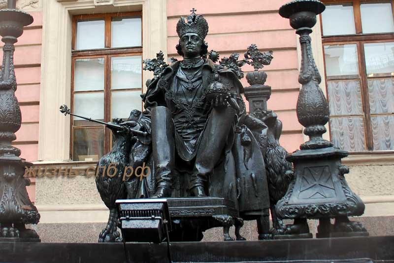 Памятник Павлу 1 во дворе Михайловского замка