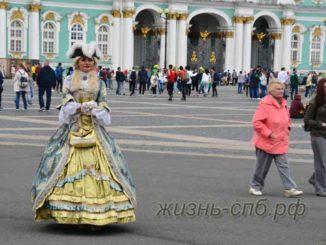 Уличные фотографы в костюме Екатерины около Эрмитажа