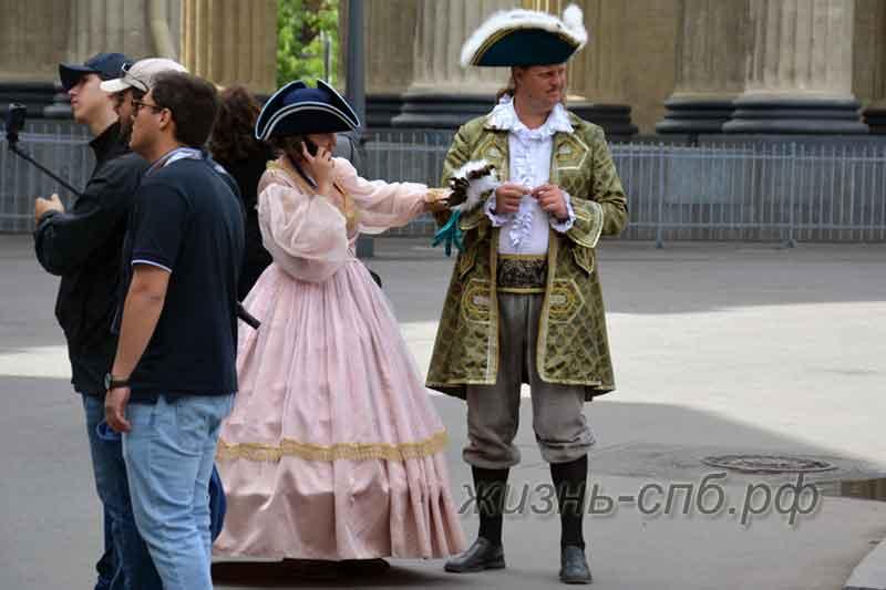Уличные фотографы в костюме Екатерины и Петра около Исаакиевского Собора
