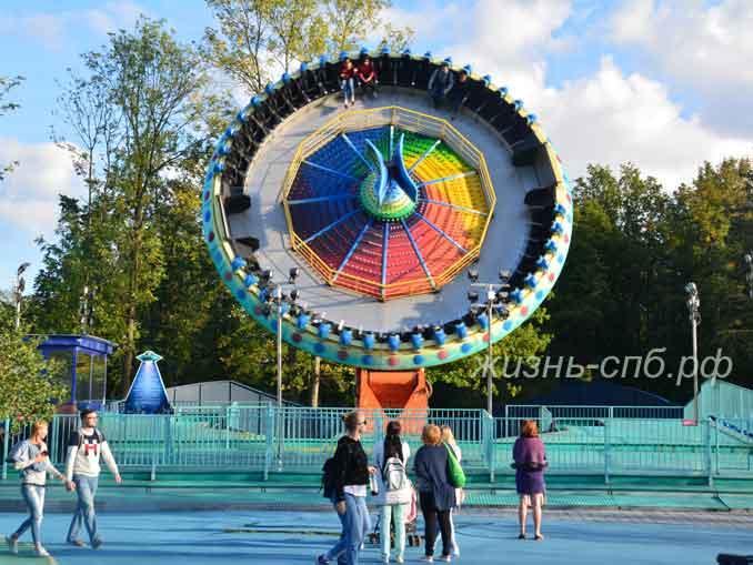 Парк атракционов на Крестовском острове в Санкт-Петербурге