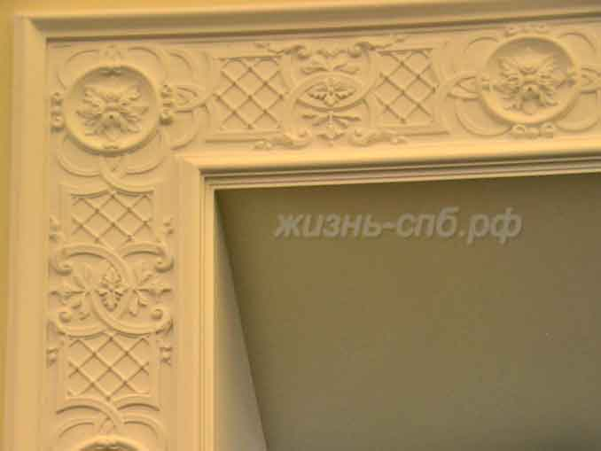 Резная облицовка проемов в залах музея Ксении