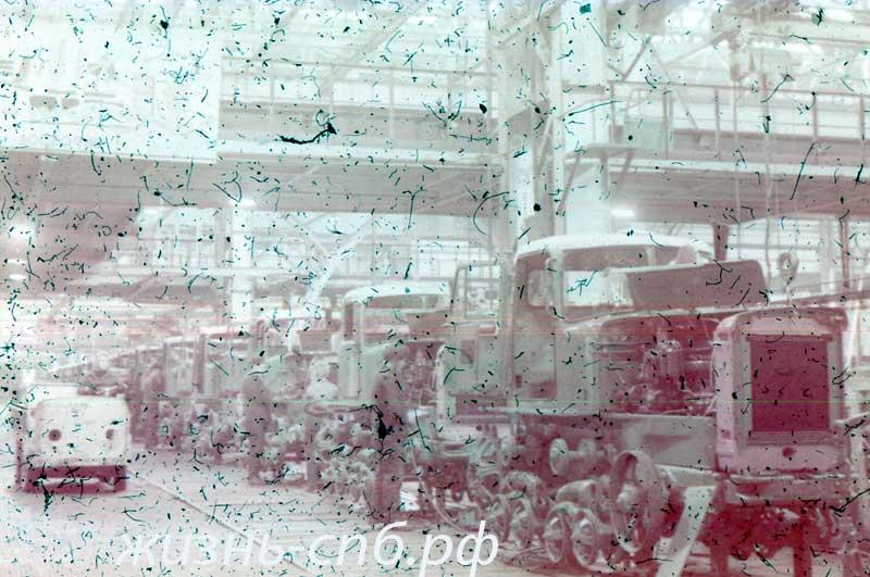 Старые фотографии. Казахская ССР. г. Павлодар. Главный конвейер тракторного завода.