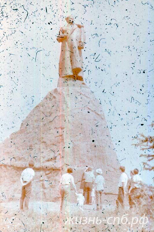 Украина на старых фотографиях. Путивль. Памятник С. Ковпаку - герою Великой Отечественной войны 1941-1945 гг .