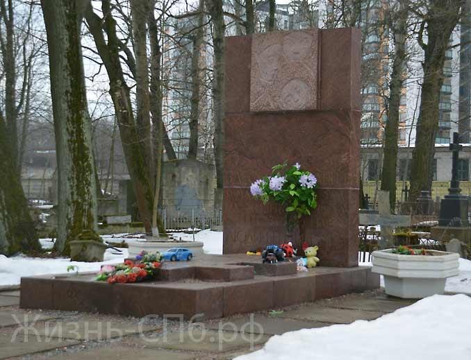 Второй вид памятника погибшим детям на Лютеранском кладбище
