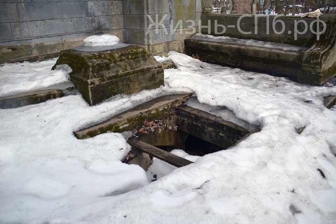 Разрушенный фундамент памятника на Лютеранском кладбище Петербурга