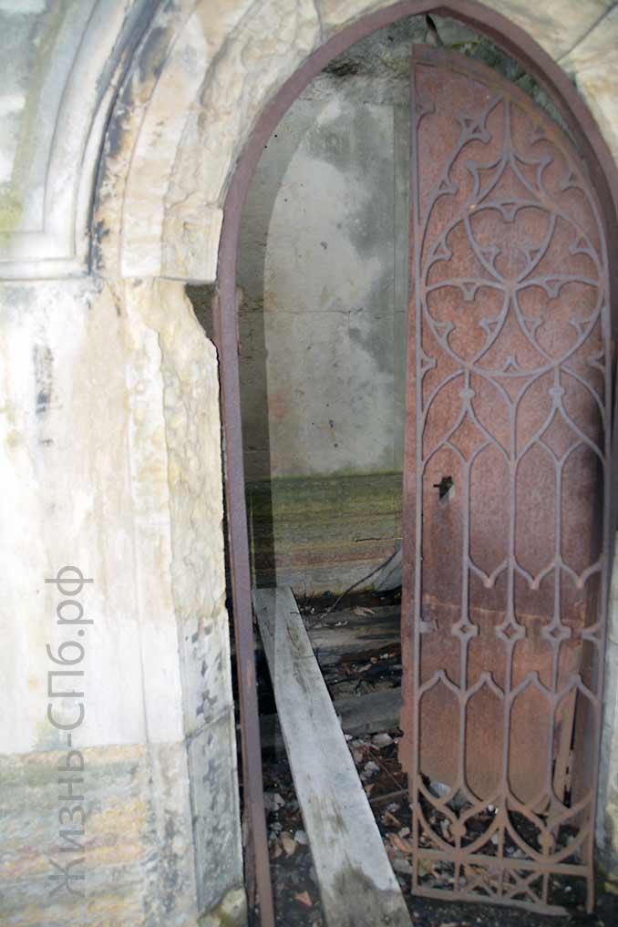 Вход в старый склеп на Лютеранском кладбище