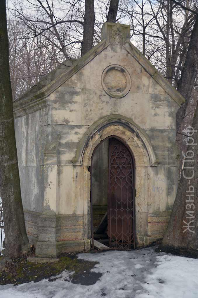 Старый склеп на Лютеранском кладбище Санкт-Петербурга