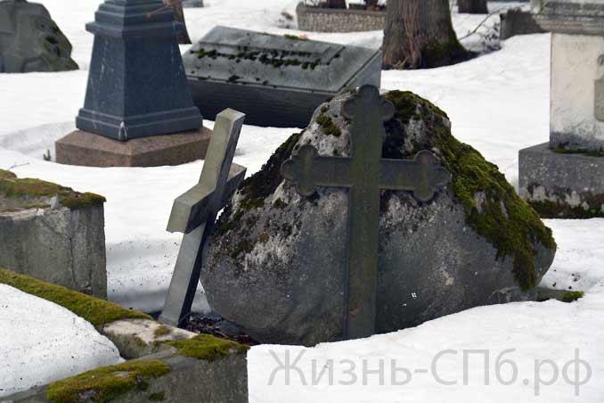 Разрушенные кресты на Лютеранском кладбище