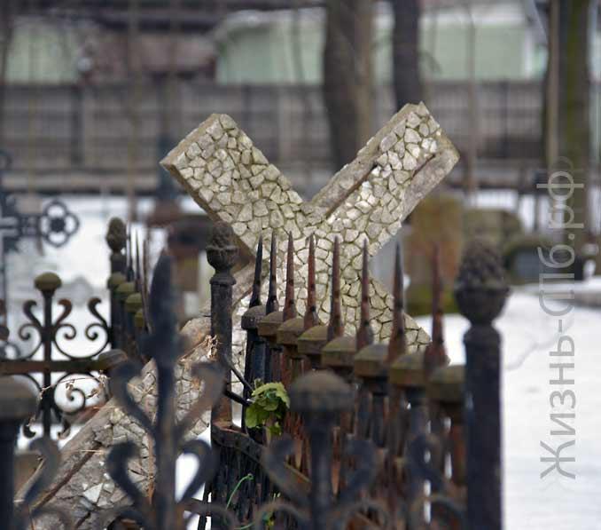 Разрушенный крест на Лютеранском кладбище