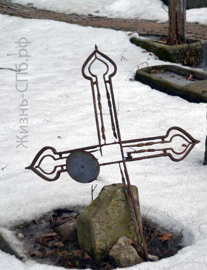 Перекошенный крест на Лютеранском кладбище Санкт-Петербурга