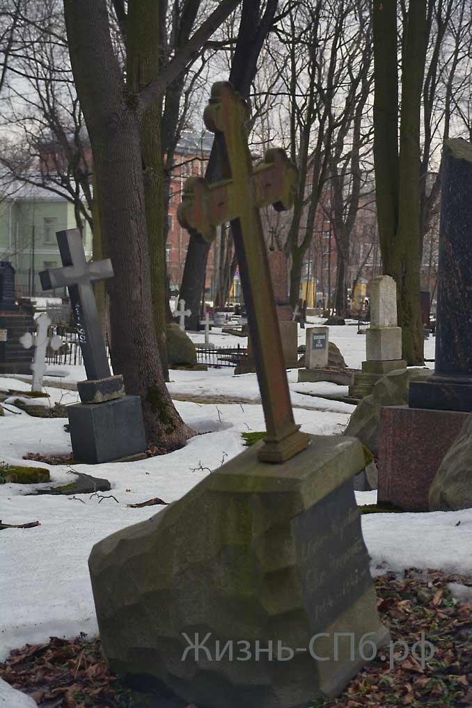 Разруха на смоленском Лютеранском кладбище Санкт-Петербурга