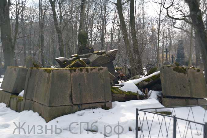 Разрушенные стены склепа на смоленском Лютеранском кладбище СПб