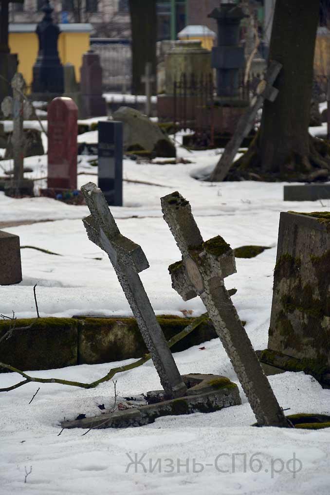 Перекошенные 2 креста на Лютеранском кладбище