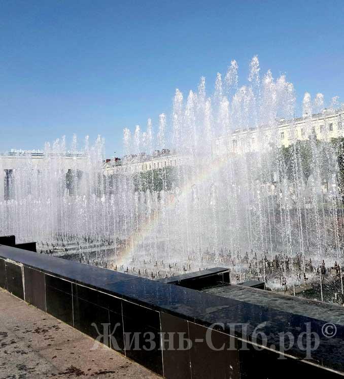 Радуга от фонтана на площади Ленина