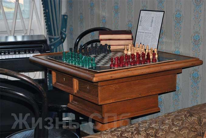 Шахматный столик для хранения секретных документов