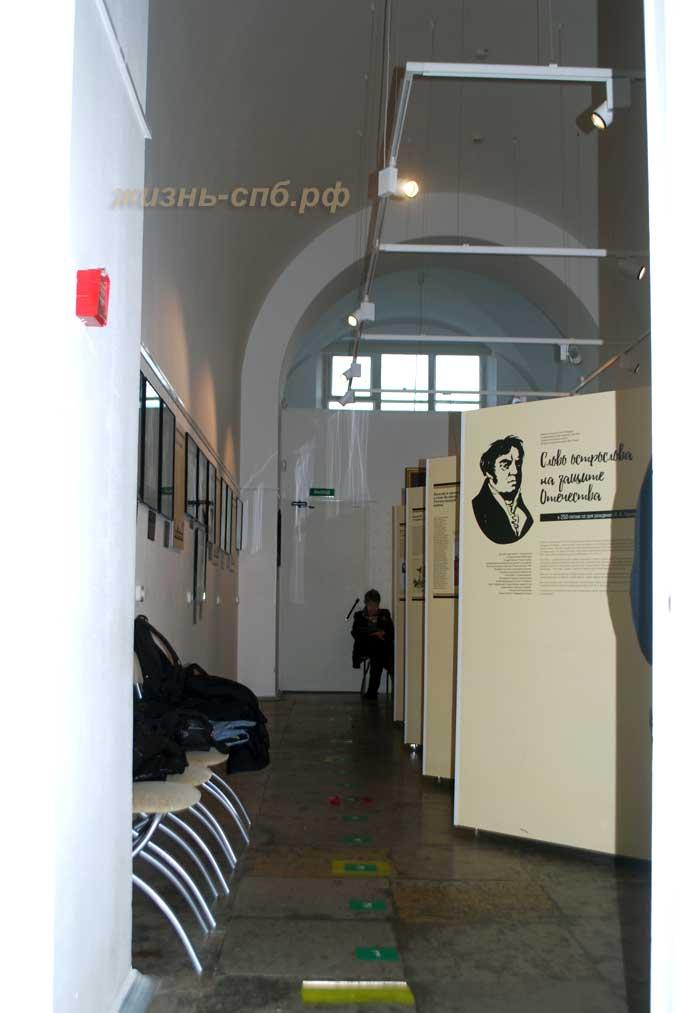 Музейная композиция И. А. Крылова внутри Нарвских триумфальных ворот