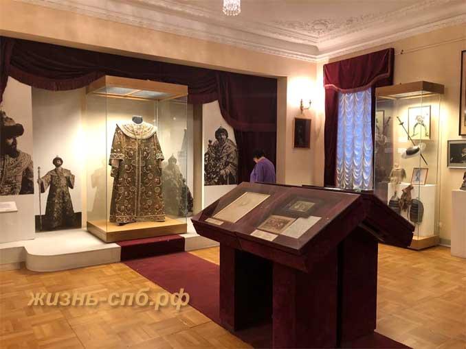 Костюм Бориса Годунова в центре экспозиционного зала
