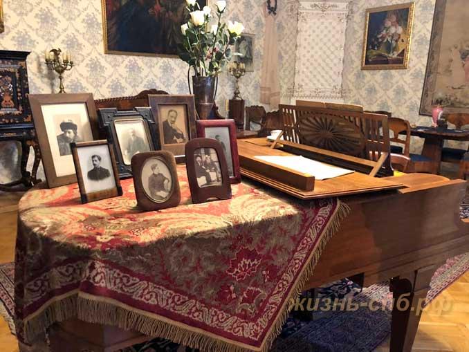 Рояль с семейными фотографиями в малой гостиной дома Шаляпина