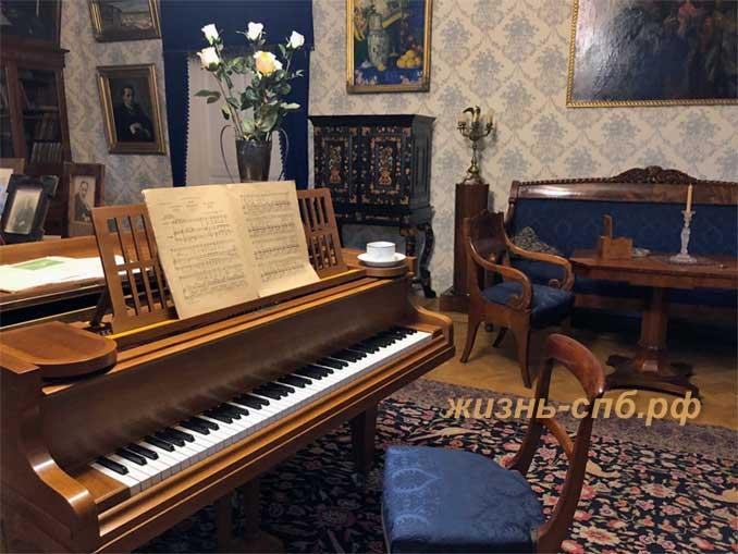 Рояль в малой гостиной дома Шаляпина