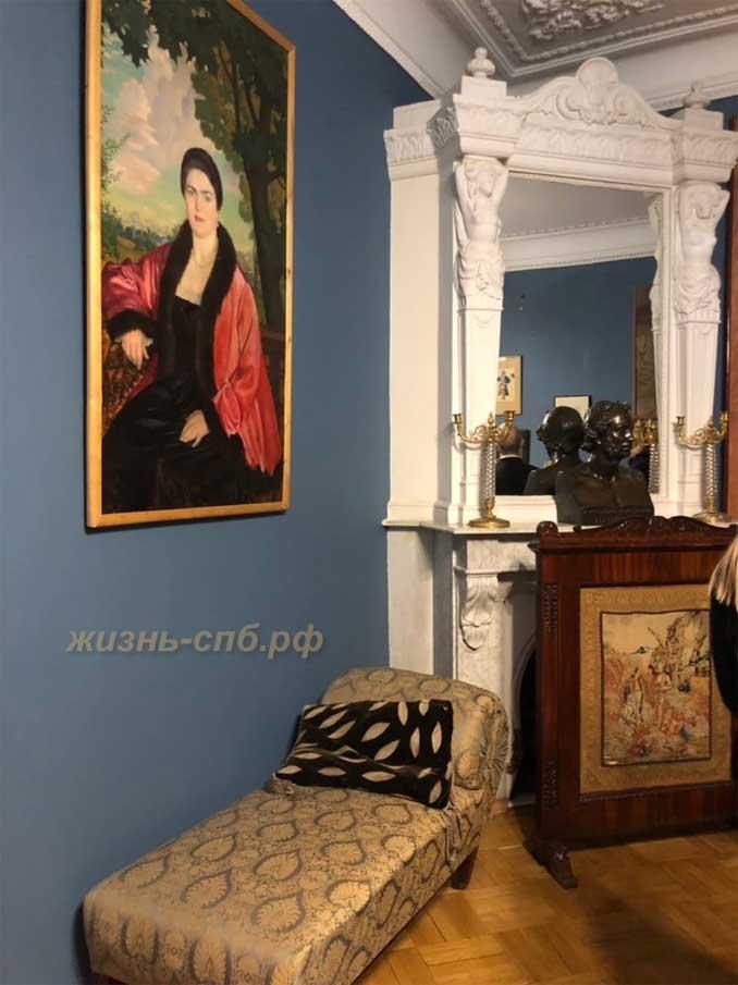 Портрет Марии Валентиновны (Борис Кустодиев) в коридоре между малой гостиной и спальней