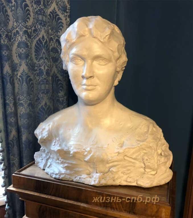 Бюст Марии Валентиновны, выполненный её супругом